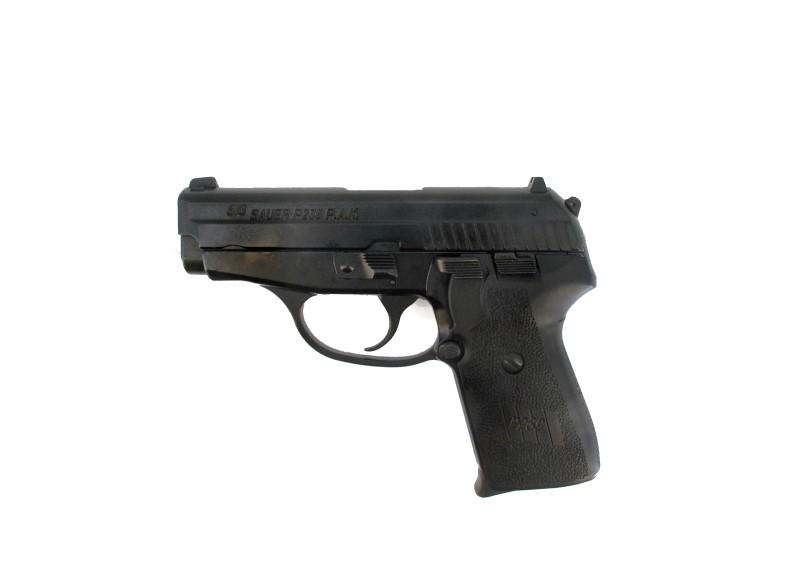 Bild NCIS Dienstwaffe Pistole Sig P239 Dienstmarke pesönlicher Ausweis Messer Abb. Nr. 09
