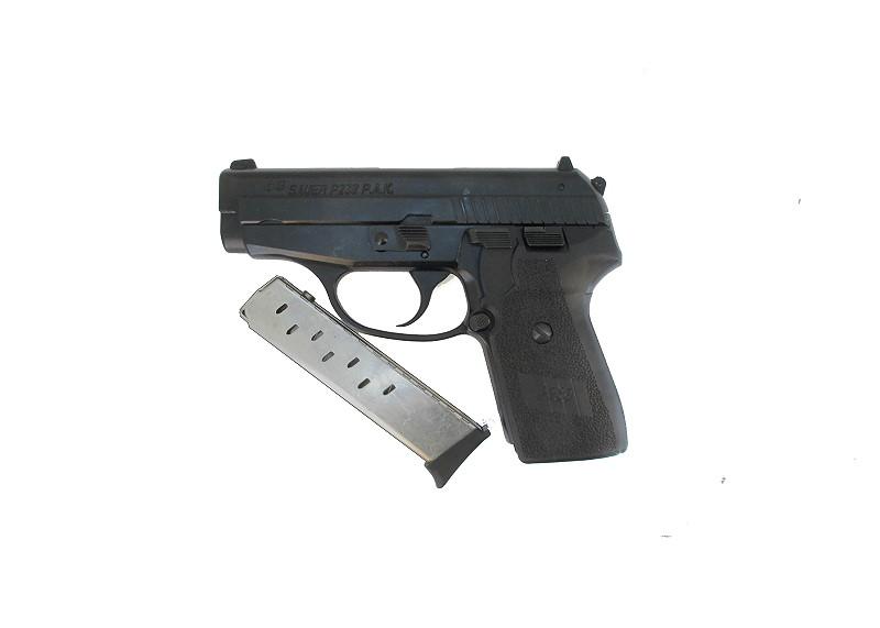 Bild NCIS Dienstwaffe Pistole Sig P239 Dienstmarke pesönlicher Ausweis Messer Abb. Nr. 12